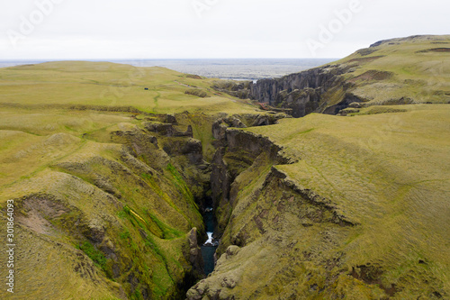 Cuadros en Lienzo Aerial icelandic landscape: Fjadrargljufur canyon from above