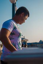 Hombre Parado En El Muelle Con Camisa Blanca Mirando El Mar