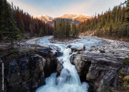 Fotografia Sunwapta Falls is pair of of the Sunwapta river with traveler standing in autumn