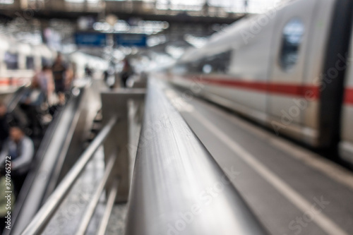 Obraz Bahnsteig , Gleis am Bahnhof, Fahrgäste unscharf - fototapety do salonu