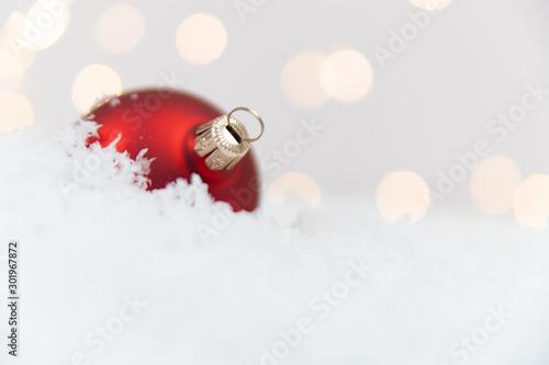 Czerwona bombka, święta, śnieg, lampki Fototapet