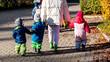canvas print picture - Kindergarten Erzieherin mit kleinen Kindern
