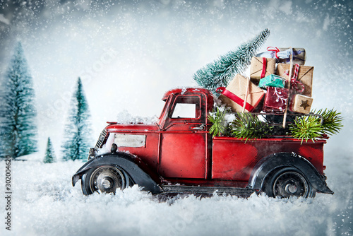 Fotografía  Festive red vintage truck with Christmas gifts