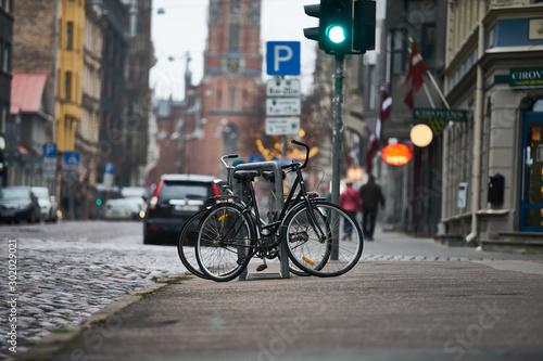 Cadres-photo bureau Londres bus rouge bicycles in RIga