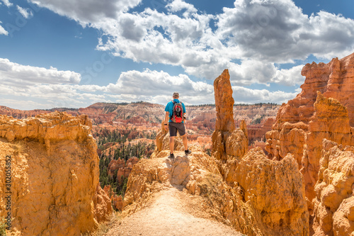 Foto  Male tourist enjoying the scenic view at the Bryce Canyon, Utah