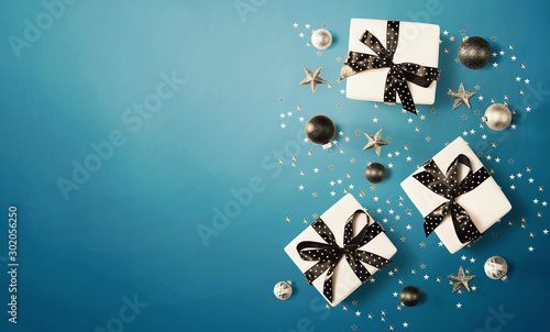 Fotografía  Christmas gift box with baubles - overhead view flat lay