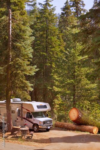 Leinwand Poster Campen mit dem Wohnmobil am Dorst Campground im Sequoia National Park, CA, USA