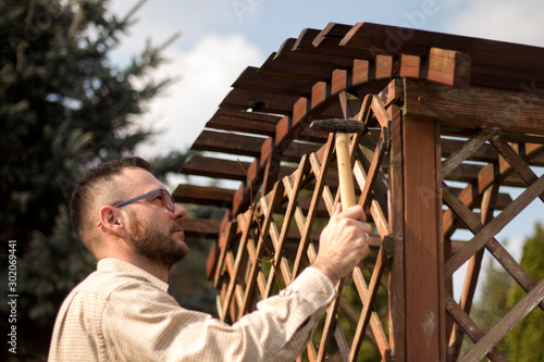 Fotomural Mężczyzna naprawia ogrodowy mebel
