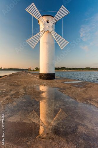 Montage in der Fensternische Leuchtturm Stara biała latarnia morska w Świnoujściu, Polska