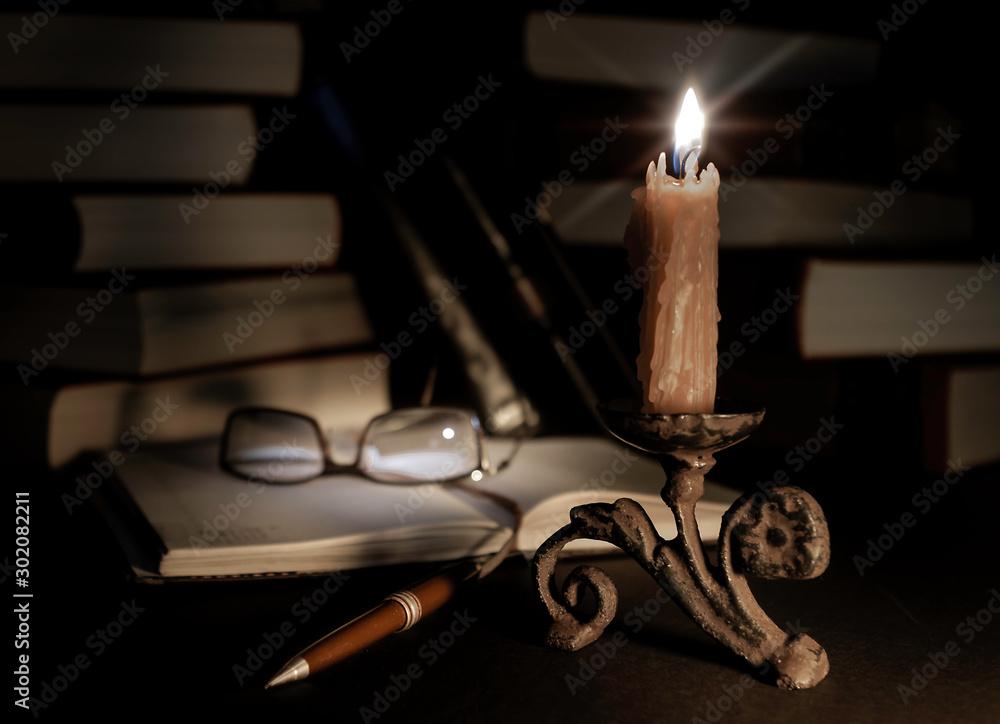 Fototapety, obrazy: Candelabro, lentes, libros y bolígrafo