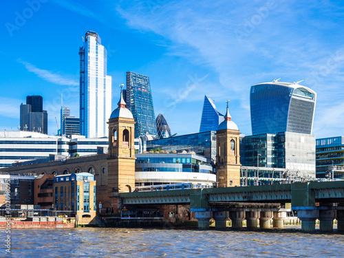 テムズ川とシティ・オブ・ロンドンの高層ビル Wallpaper Mural