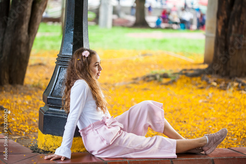 Photo Beautiful young girl sitting at the Paseo Bolivar Square at Cali city center in