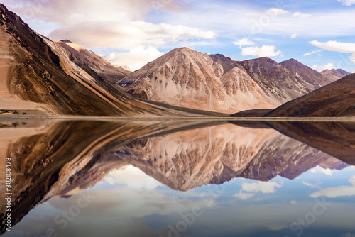 Foto auf Leinwand Lachs The reflection of mountain on the water.