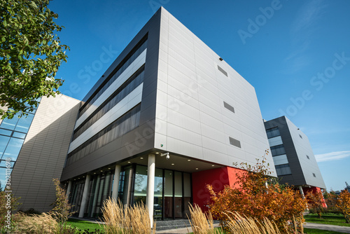 Obraz modern office building against a nice blue sky - fototapety do salonu