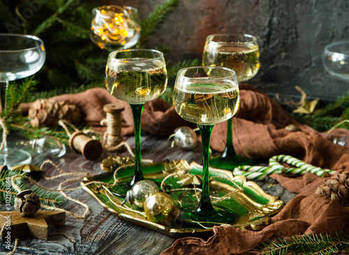Foto auf Leinwand Alkohol vintage wine glasses with champagne on old wooden green tray