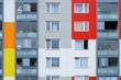 Haushaltsgegenstände stehen hinter den Fenstern eines mehrstöckiges Wohngebäudes. ..