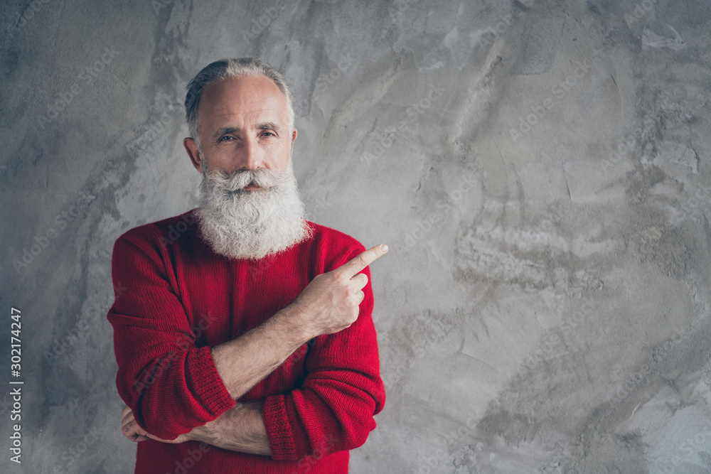 Fototapety, obrazy: Photo of amazing aged grandpa indicating finger empty space advising new product wear red knitted pullover hipster santa role isolated grey color concrete wall background
