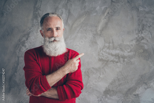 Fotomural  Photo of amazing aged grandpa indicating finger empty space advising new product