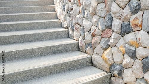 Schody i dekoracyjne kamienne ściany