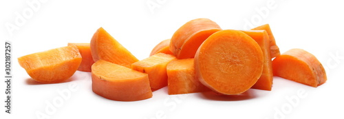 Photo Chopped carrot slices, isolated on white background