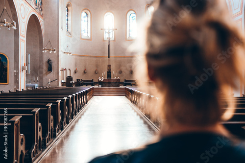 Foto  Woman in church heading to altar
