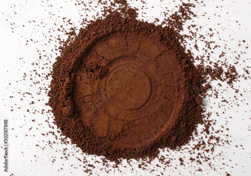 Tuinposter koffiebar Instant powdered coffee for espresso frame isolated on white background, top view