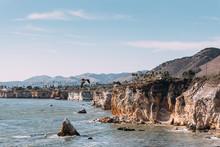 Schwarzer Pelikan Fliegt An Steilküste Von Pismo Beach In Kalifornien USA
