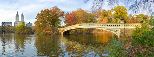 New York City Central Park fall foliage at Bow Bridge pond Fototapet