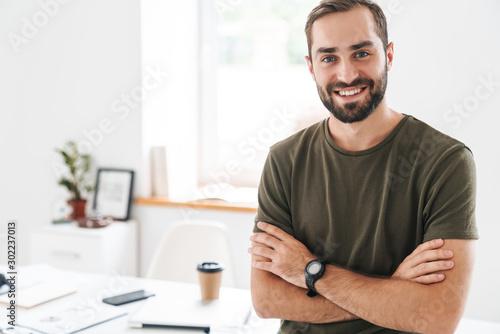 Fotomural Image of caucasian happy man looking and smiling at camera