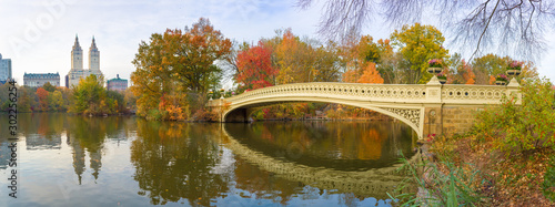 Fotografia New York Central Park Bow Bridge pond fall foliage