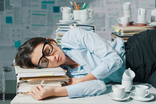 Fotomural  Businesswoman sleeping in the office
