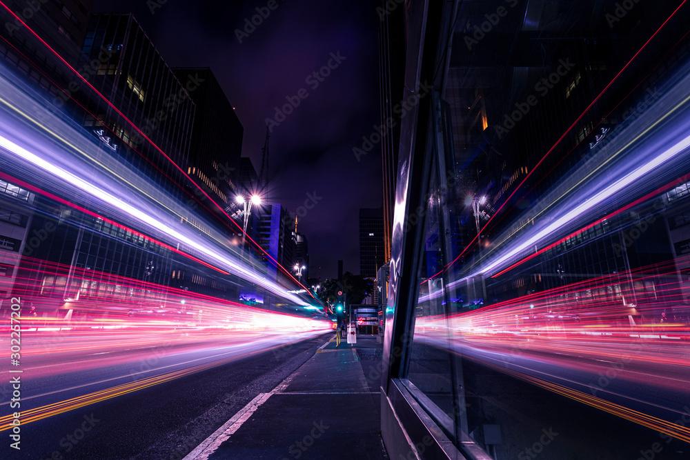 Fototapety, obrazy: Reflexo de movimento do trânsito em grande avenida - Avenida Paulista, São Paulo, Brasil