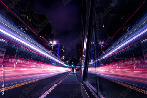 Leinwand Poster Reflexo de movimento do trânsito em grande avenida - Avenida Paulista, São Paulo