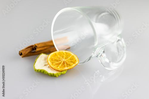 Fotografie, Obraz Suszone owoce przy białym kubku