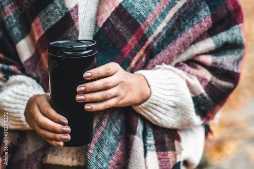 Foto auf AluDibond Kaffee Woman hold cup in forest, autumn photograph