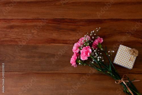 Foto カーネーションの花束とギフトボックス