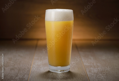Photo A pint of IPA, hazy unfiltered juicy draft NEIPA beer on wooden background
