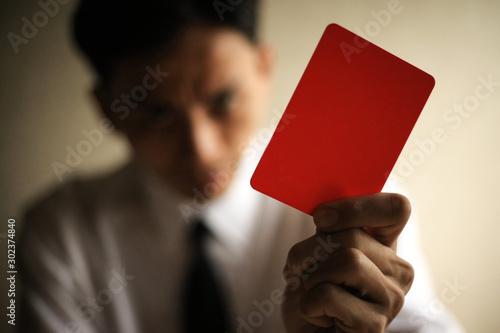 レッドカードを出す男性社員 Tablou Canvas