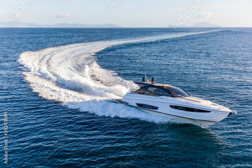 Fotografia  luxury motor yacht in navigation, aerial view