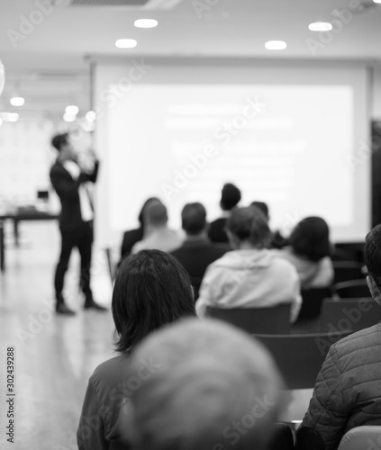 Fotomural  Speaker on the stage with rear view of audience in the conference hall or seminar meeting, business and education concept