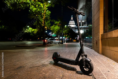 Isolated Electric Scooter parked on the sidewalk in Front of Capitol building in Fototapet