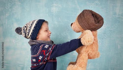 Fotografía  niedlicher Junge kuschelt mit Teddy