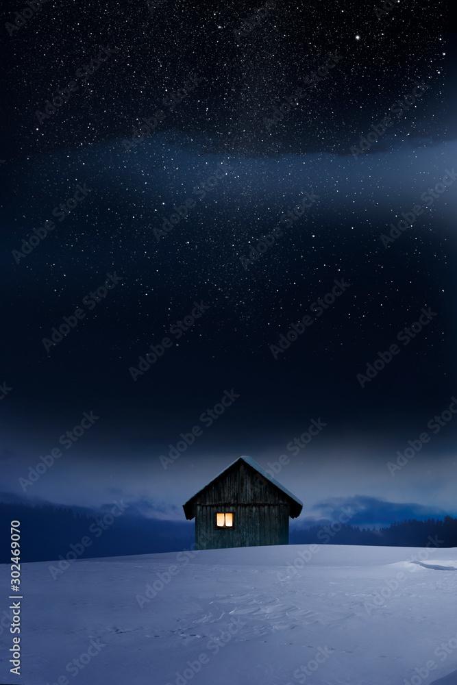 Fototapety, obrazy: Blockhaus mit Leuchtendem Fenster im Winter bei Dämmerung
