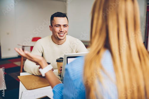 Photo Cheerful male applicant for vacancy in company during conversation with female r