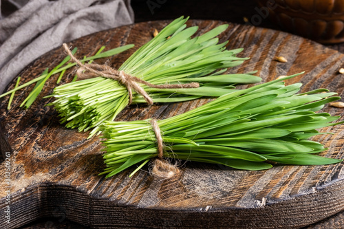Photo Freshly grown barley grass on a wooden table