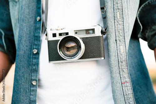 Detalle de cámara de fotos analógica colgada en el cuerpo de una persona Canvas Print