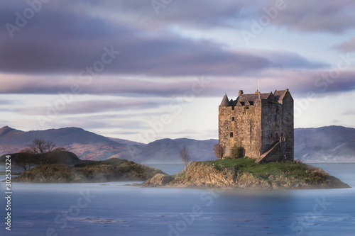 Obraz na plátně Fairytale Castle surrounded by water in the Scottish Highlands