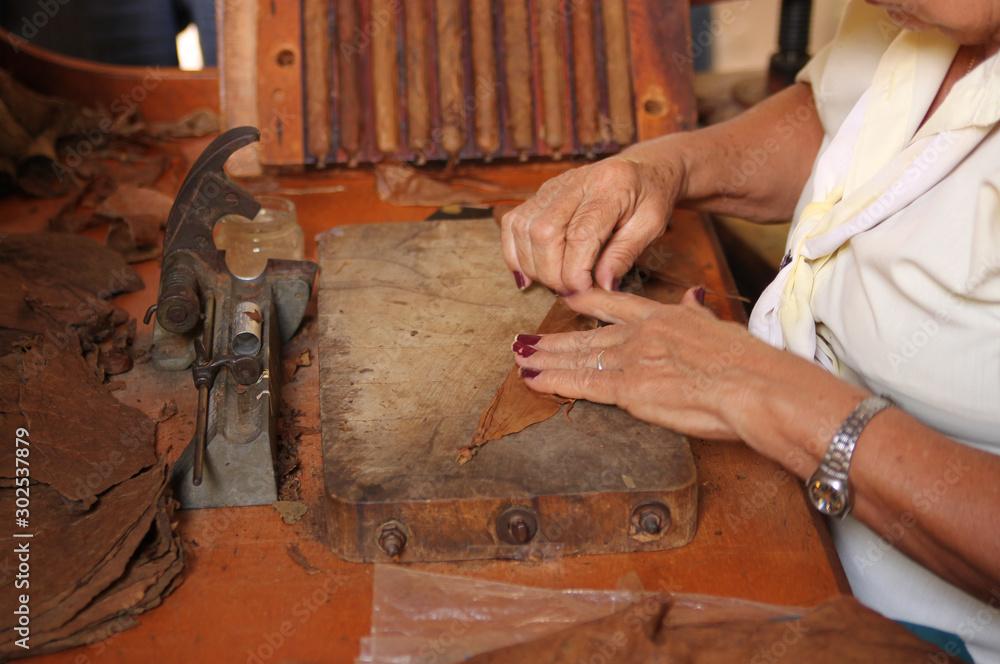 Fotografía Woman rolling cigars