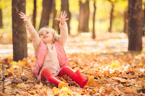 Photo  Cute little girl having fun in autumn park