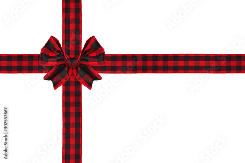 La pose en embrasure Buffalo Red and black buffalo plaid Christmas gift bow and ribbon arranged as wrapped gift box isolated on a white background
